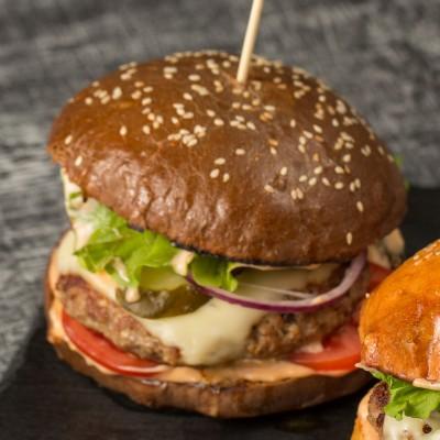 Бургер с говядиной и чёрной булкой